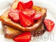 Пържени филийки с мед и пресни ягоди